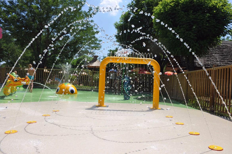 lotus jets d 39 eau pour aires de jeux la maison de la piscine. Black Bedroom Furniture Sets. Home Design Ideas