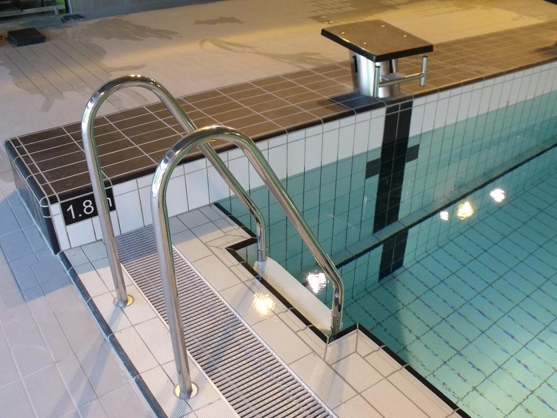 Echelles piscine inox norm es piscine collective sur for Piscine encastree
